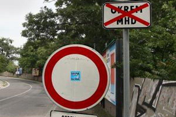 Dve zákazové značky na Krasovského zakazujú každá čosi iné. Podľa magistrátu má prednosť dočasné značenie, teda zákaz vjazdu s výnimkou MHD a pre vozidlá stavby.