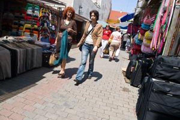 Trhovisko na Jedlíkovej ulici bude fungovať minimálne do júla tohto roka. Majiteľ pozemku nechcel uviesť, kedy sa trh zmení na stavenisko.