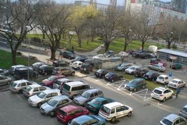 Parkovacích miest v Ružinove je málo. Poslanci sa obávajú, že ak ich vyhradia priveľa, ľudia, ktorí si nemôžu dovoliť miesta kúpiť, budú mať ešte menšiu šancu zaparkovať.