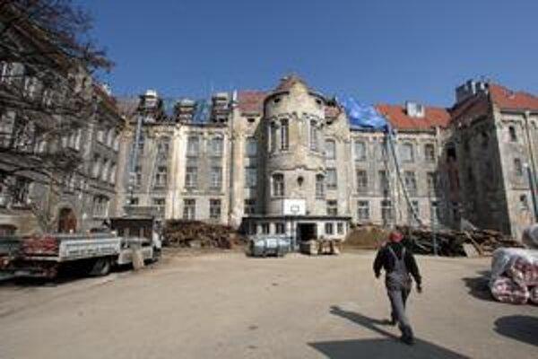Gymnázium sa teraz rekonštruuje, budova bola v zlom stave.