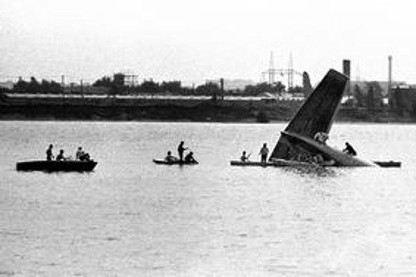 Trosky padnutého lietadla sa odstraňovali osem dní.