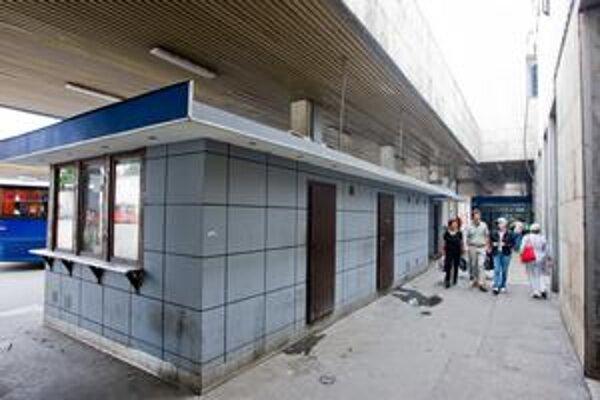 Súčasná autobusová stanica na Mlynských nivách pôsobí ošumelo. Nie je isté, kedy ju nahradí nová.