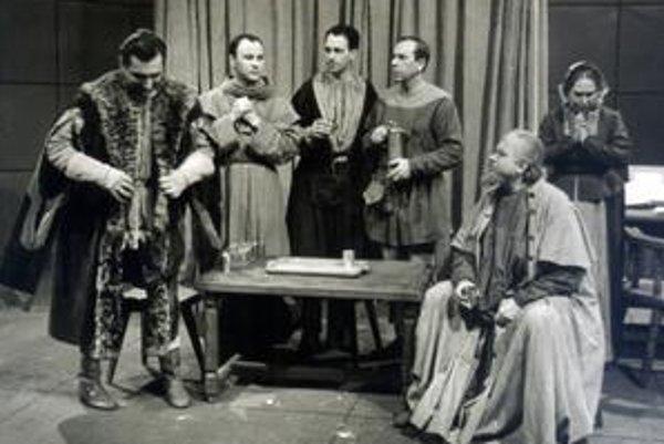 Prvé vysielanie spustila televízia 3.novembra 1956, ale až od 29. decembra 1958 začala vysielať denne. Známymi sa stali Bratislavské pondelky a v rámci nich televízne inscenácie. V pondelok 12. januára 1959 o 20.00 uviedla televízia priamy prenos divadeln
