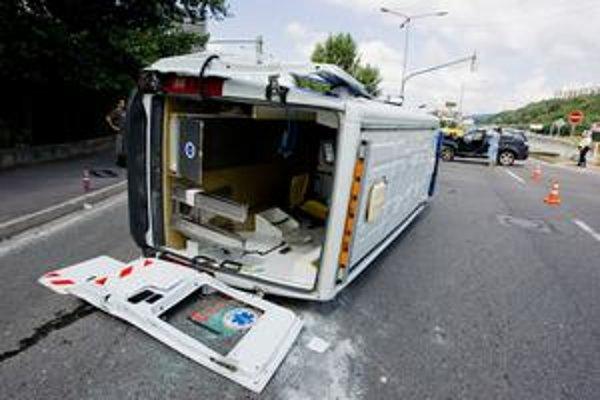 Posádku havarovanej sanitky, ktorá po náraze skončila na boku, vyslobodzovali hasiči. V piatok na obed sa pri jazde so zapnutou sirénou a majákom zrazila s osobným autom na križovatke pred Mlynskou dolinou. Zranili sa dvaja záchranári.