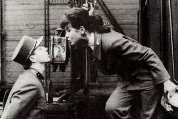 Charakteristickým znakom filmov československej novej vlny (Miloš Forman, Věra Chytilová, Jiří Menzel, Štefan Uher a mnohí ďalší) bola ich dĺžka, improvizované dialógy, čierny až absurdný humor a neherci. Na snímke je záber z Menzlovho filmu Ostro sledova