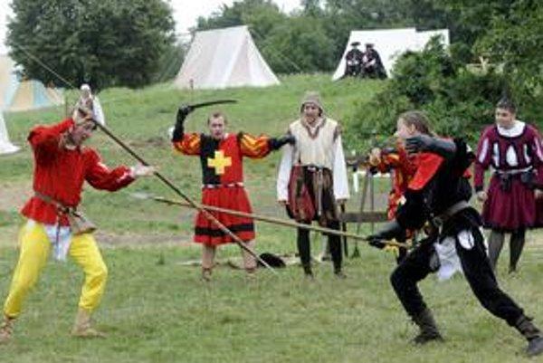 Návštevníci môžu ešte aj zajtra vidieť ukážky historického šermu od dôb Vikingov až po barok, zažiť bojový pokrik Normanov i salvy mušketierov.