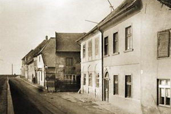 Podhradské nábrežie so Žitavskou (Ballusovou) ulicou okolo roku 1940.