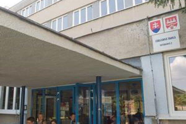 Základná škola na Nevädzovej má nové okná a vonkajšie dvere. Ušetria vraj 30 až 40 percent tepla.