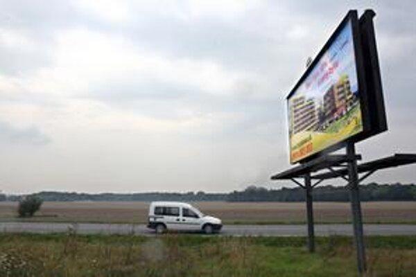 Bratislavská župa má zverejniť, kto zaplatí a postaví petržalskú multifunkčnú halu blízko cesty do Rusoviec.