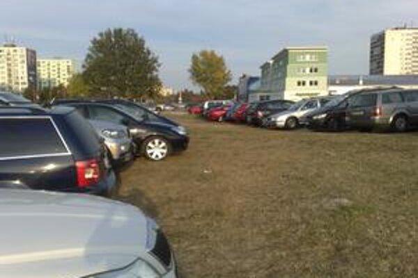 Pred začiatkom dnešného hokejového zápasu v Dzurillovom štadióne sa parkovalo sa aj na trávnatej ploche pri križovatke Bajkalská - Ružinovská. Miesta pri štadióne aj na parkovisku pred nemocnicou boli obsadené. Od soboty až do dnešného večera pri Štrkovec