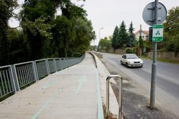 Nedávno mesto sprístupnilo tristometrový úsek cyklotrasy na Devínskej ceste. Vedie po časti protipovodňovej hrádze. Prepojenie cez Devínsku cestu sa rieši už roky.