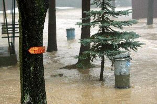 Včera potrápila vysoká voda obyvateľov v okrese Zvolen, dnes robí Hron problémy v okresoch Žiar nad Hronom a Žarnovica