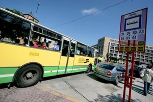 Kĺbové vozidlá sú prestarnuté. Pre zrušený tender musel dopravný podnik riešiť nedostatok autobusov ich požičaním.
