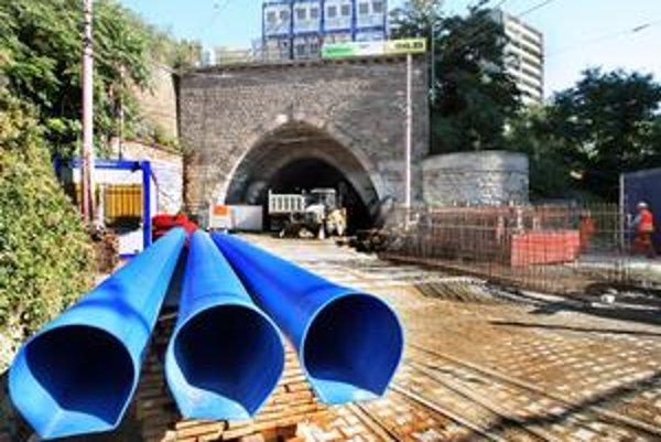 Pred električkovým tunelom je stavebný ruch, teraz sa tu mení vodovodné potrubie. Podľa informácií z dopravného podniku idú práce podľa plánu a prvá električka by vynoveným tunelom mala prejsť v máji.