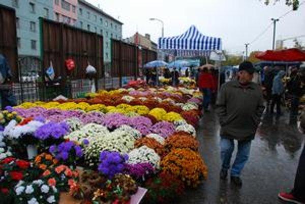 Trhoviská v daždi rozžiarili kvety. Tovaru je zatiaľ dosť, niekoľkí trhovníci dokonca začali s kvetinovým výpredajom.