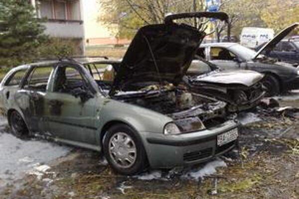 Medzi tromi zhorenými autami bolo aj poslanecké. Polícia prípad vyšetruje. Poškodený verí, že požiar nemá nič spoločné s jeho účinkovaním v zastupiteľstve.