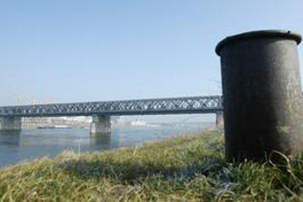 Električka by mala ísť do Petržalky cez Starý most.