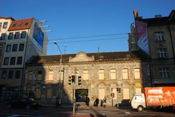 Chátrajúca budova v centre mesta má pravdepodobne porušenú statiku. V jej dvore sa parkuje.
