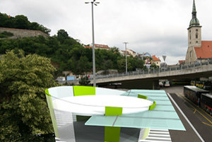 """Muktifunkčný verejný objekt by svojím dizajnom komunikoval s vydareným """"ufom"""" Nového mosta a čakajúcim v kaviarni by otvoril priehľad na hradný kopec s Vydricou."""