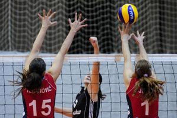Paula Kubová z Doprastavu (uprostred) sa snaží  presadiť cez brániace hráčky Obrenovacu Marinu Tešanovičovú (vľavo) a Mariju Jeličovú (vpravo) v odvetnom stretnutí žien Challenge Cupu.