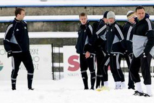 Hráči MFK Petržalka počas včerajšieho tréningu zimnej prípravy na jarnú časť  Corgoň ligy pod vedením trénera Petra Fiebera (vpravo). V rámci prípravy čaká etržalčanov aj účasť v medzinárodnej Tipsport lige.