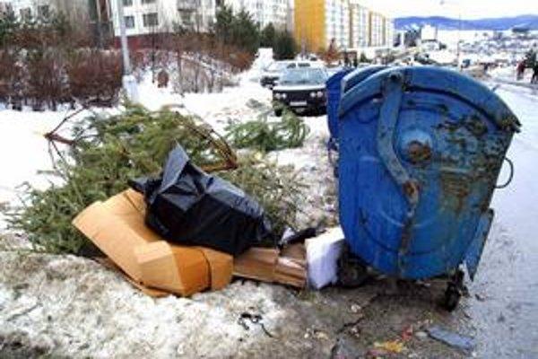 Vo štvrtok sa v Petržalke začne odvoz vianočných stromčekov spred kontajnerov.