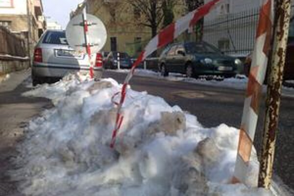 Sneh zlieza z chodníkov a padá zo striech. Zatiaľ v Bratislave nikoho vážnejšie nezranil.