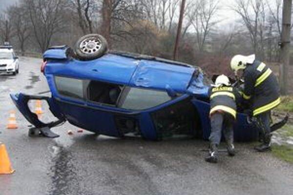 Hasiči najčastejšie zasahujú pri haváriách medzi Súhradou a Šašovským Podhradím.