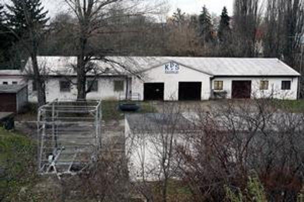 Areál Karloveského športového klubu. Lodenica je staršia, no značne využívaná.