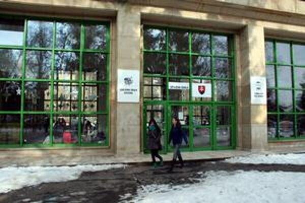 študenti stredných škôl majú možnosť študovať so štipendiomv zahraničí.