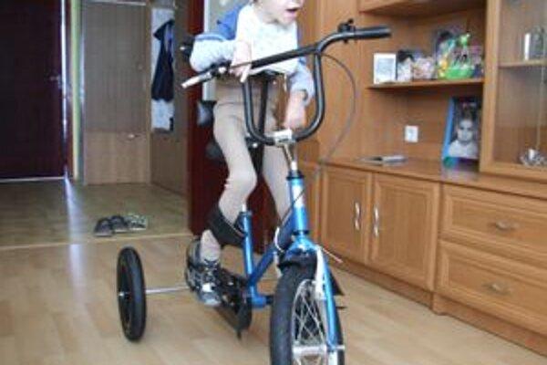 René na špeciálnom bicykli, ktorý má vďaka finančnej zbierke.