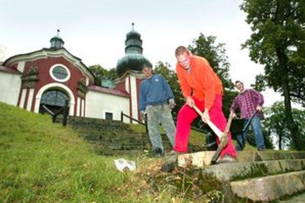 Na obnove kalvárie sa ročne podieľajú desiatky dobrovoľníkov.