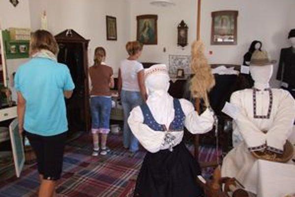 V Izbe ľudových tradícií vystavujú miestne kroje, aj starožitný nábytok.