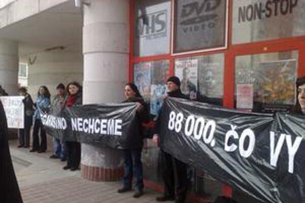 Na zasadnutie poslancov prišlo asi dvesto aktivistov.