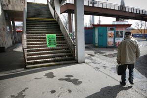 Schody na strane autobusovej stanice sú pre havarijný stav uzatvorené vyše troch rokov.