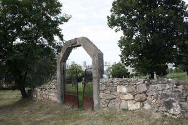 Cintorín v priemyselnom parku je raritou. Vstupná brána a obvodové múry pohrebiska sa rozpadávajú.