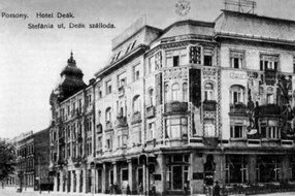Dom na Štefánikovej ulici – kedysi hotel Deák – postavili v r. 1910 a stojí dodnes. Maľby Pavla Sujána so secesnými ornamentálnymi a figurálnymi motívmi na fasádach však odstránili.