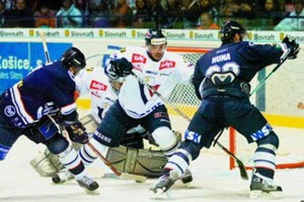 Hokejisti Slovana si v nedeľu zahrajú proti Nitre. Na snímke rieši závar pred brankárom Hovim jeho spoluhráč Jozef Kováčik.FOTO – SITA