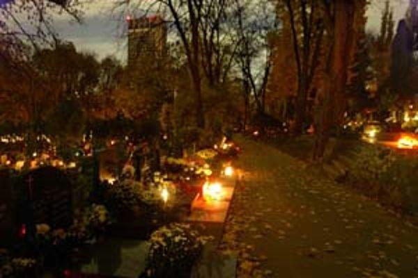 Cintorín Slávičie údolie lákal podvečernou atmosférou.