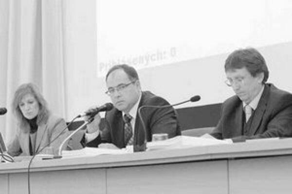 V Ružinove sa konečne podarilo dospieť k dohode o rozpočte. Predkladateľka návrhu bola prednostka miestneho úradu Ingrid Ožvoldová, vedľa nej starosta Slavomír Drozd a zástupca starostu Dušan Pekár.