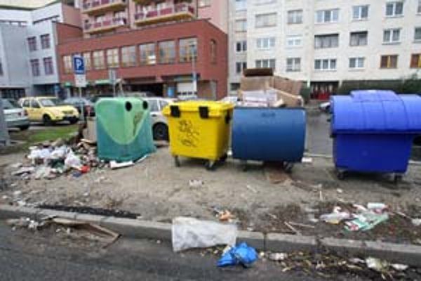 Pri kontajneroch vznikajú skládky objemného odpadu aj po zákaze jeho vykladania. Ľudia sa ho snažia vyhodiť do košov na komunálny odpad ako pri ružinovskej Glórii.