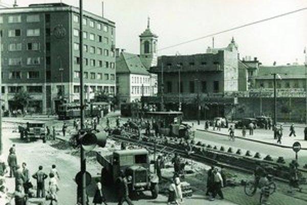 Rekonštrukcia električkovej trate na Stalinovom námestí, dnes Námestí SNP, v roku 1951.