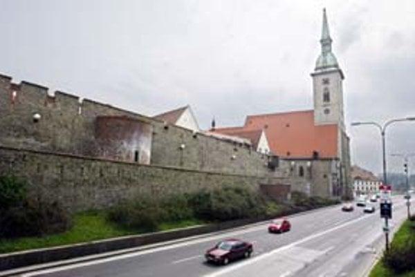 Staromestská ulica vznikla za mestskými hradbami pri výstavbe Nového mosta.