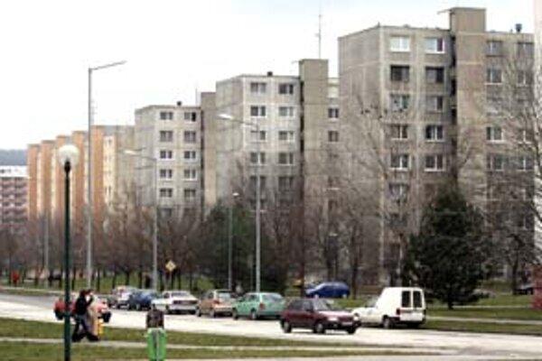 Mladým rodinám v Dúbravke by pomohli dočasne vyriešiť problém s bývaním nové nájomné byty. Miestna samospráva ich plánuje postaviť 50, maximálna doba nájmu by v nich mala byť 30 rokov. Poslanci Dúbravky už schválili investičný zámer.