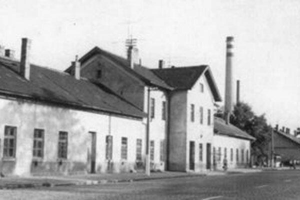 Túto budovu by dnes v Bratislave nikto nenašiel. Bol to objekt železničnej stanice Nové Mesto. Dnes na jej mieste nie je stopa ani po koľajniciach.