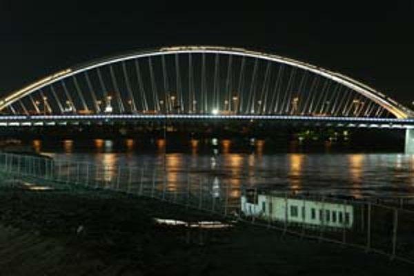 Na Moste Apollo je esteticky najpôsobivejšie práve nasvietenie oblúka. Je však čoraz tmavší.