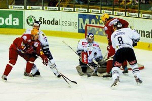 Hokejisti Slovana majú dnes a v nedeľu na programe ďalšie dva extraligové zápasy proti Kežmarku a Žiline. Na snímke zo zápasu s Trenčínom zasahuje brankár slovanistov Sasu Hovi.