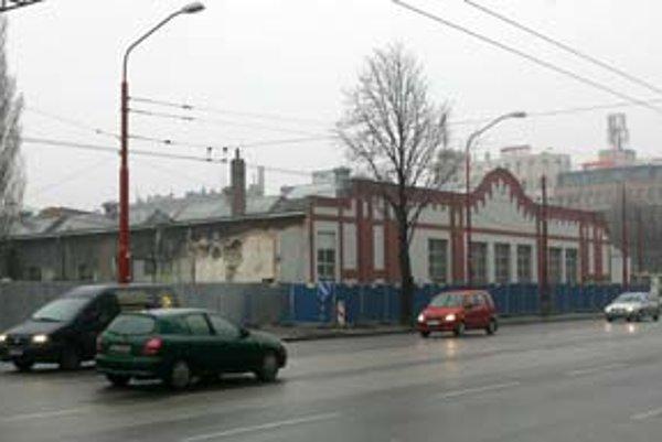 Pohľad na areál bývalého Kabla z piatka, pred začiatkom búrania fasády, a zo soboty dopoludnia.
