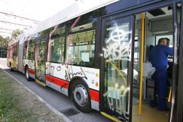 Odstraňovanie škôd, ktoré vo vozidlách MHD spôsobia vandali, stojí dopravný podnik ročne asi 20 miliónov korún.