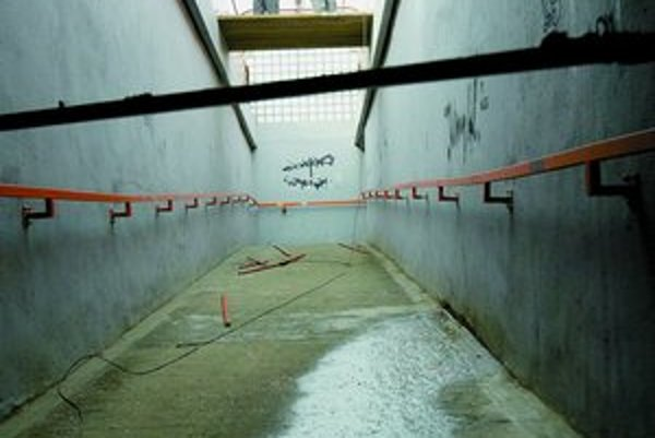 Niekedy proti klaustrofobickému efektu podzemia pomôže dodanie denného svetla, ako to vidno v podchode na Dolnozemskej pri Ekonomickej univerzite. Tu pomáha antigrafitový náter, inak je však priestor totálne zdevastovaný. Hrdzavé kovové zastrešenie visí n